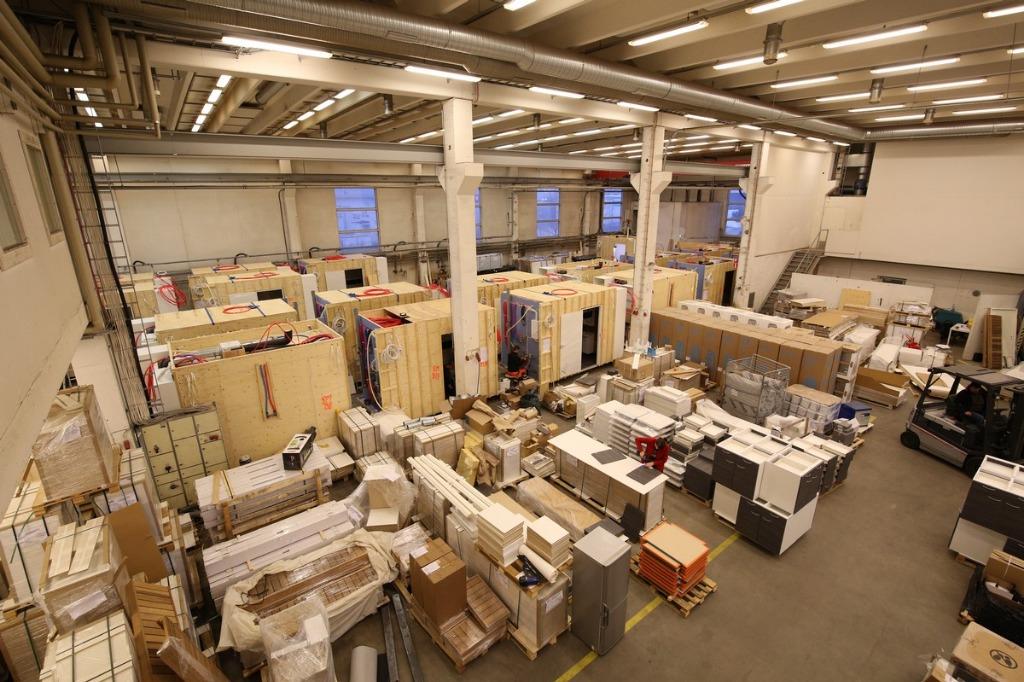 Yhden käyttäjän tuotanto-/ varastokiinteistö omalla aidatulla piha-alueella. Pääosa tiloista on korkeaa varastotilaa (varastotilat yhteensä n. 1826 m²), johon on sisäänajomahdollisuus kahdesta nosto-ovesta. Toimisto- ja sosiaalitilat ovat yhteensä n. 346 m².